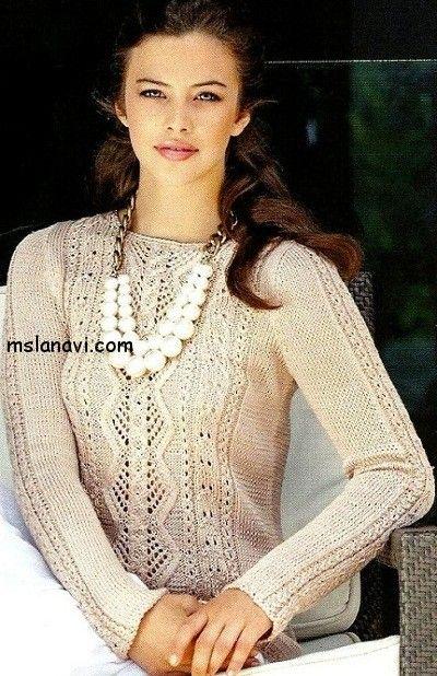 Кремовый пуловер спицами с ажурными ромбами