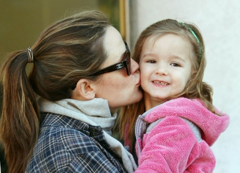 Seraphina gets some sweet smooches from mommy Jennifer Garner!