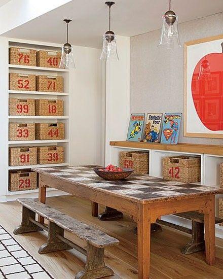 Une salle de jeu avec un mur de rangement de paniers coordonnés : parfait pour tous ces jeux disparates !