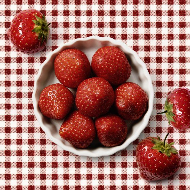 Boli ste na samozbere jahôd, alebo sa už začervenali u vás na záhrade? Idete variť džem? Tak vyskúšajte obohatiť klasický jahodový o pomarančovú šťavu. Získate tak novú zaujímavú osviežujúcu chuť.