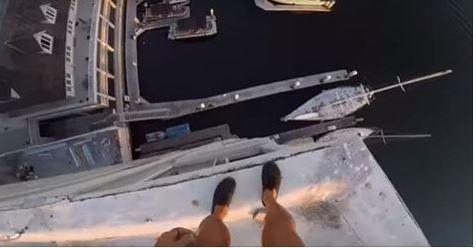 Video Lelaki Berani Mati Maut Terjun Dari Tingkat Lapan Ke Dalam Laut. Lihat Video Didalam   Memang berani mati. Kalau anda tengok nyaris beliau jatuh pada pelantar di bawah tu. Pergh ini bukan permainan video kalau anda mati boleh hidup kembali.  lagi info di : MALAYSIA TRENDING NOW KISAHMAYA