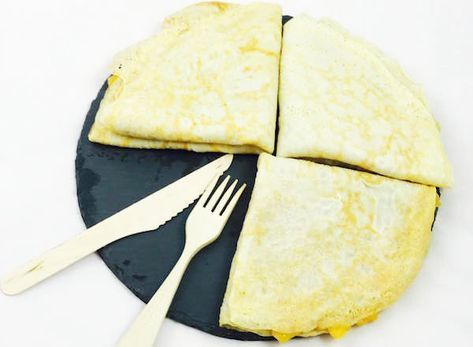 Crepes fit de avena Ingredientes para las crepes fit (1 ración): 50 gramos de harina de avena integral 200 ml de clara de huevo (unas 5 claras) 35 ml. de leche de avena Canela en polvo