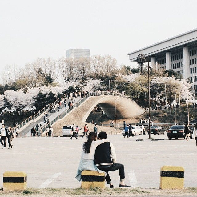 Korea, the land of couples!  #Yeouido #hanriver #Korea #korean #SouthKorea #southkorean #Seoul #seoul_korea #seoulsnap #ig_korea#vscokorea #서울#한국 #한국인#사진 #스냅 #일상 #데일리 #좋아요