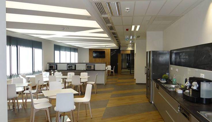 Ti is szeretnétek ilyen étkezőben eltölteni az irodai ebédidőt? Az Eaton Enterprises munkatársai oly szerencsések, hogy a Krisztina Palace második emeletén lévő irodájukhoz ez a gondosan megtervezett, barátságos étkezőtér tartozik. A méltán népszerű, spanyol Enea-Lottus szék és a nem mindennapi, feszített Barrisol álmennyezet egészen egyedi hangulatot teremt.