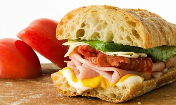 A bagettet az ember messziről megismeri. Ha nem a pékségből áradó illat alapján, akkor jellegzetes pálca formájáról. A hosszúkás, botra emlékeztető kenyér nagy karriert futott be mind a galloknál, mind az egész világon.