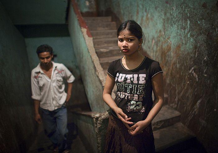 Meisjes en vrouwen die in kooien worden opgesloten en dagelijks meerdere keren worden verkracht voor een euro per keer. Dat is de vrouwenhel van Kolkata.