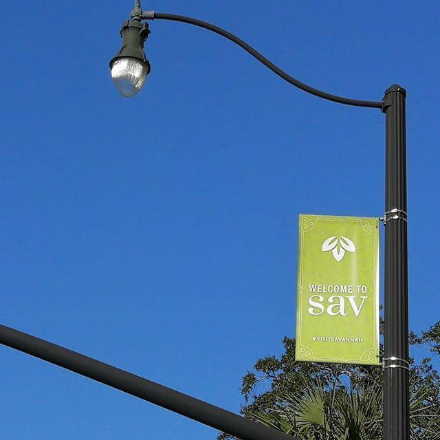 Saludos Minimalistas Bienvenidos A Savannah Sav Para Los Amigos Georgia Eeuu Usa In 2020 Ceiling Lights Track Lighting Lamp Post