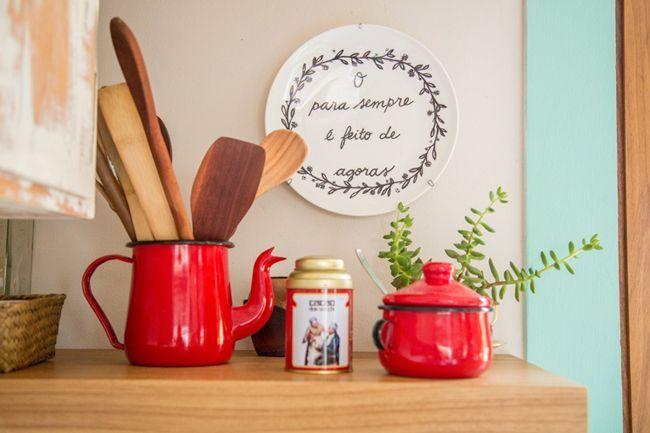 Muitas vezes, quando vamos organizar lugares da casa, como cozinha, penteadeira, escritório, ficamos em busca de recipientes para armazenar os objetos usados nesses espaços, como colheres, espátula…