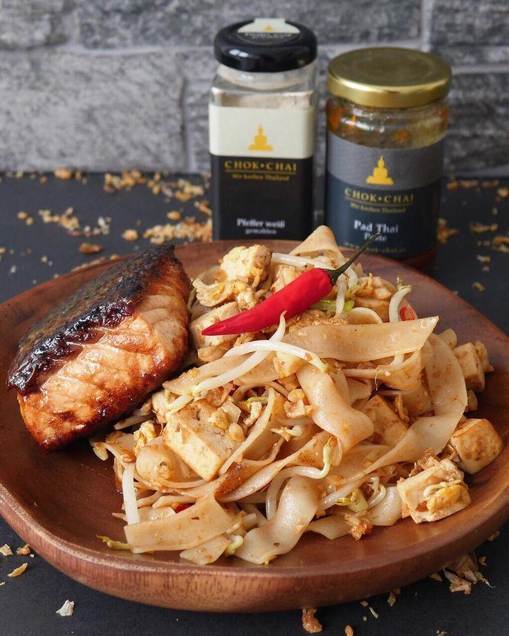 """Pad Thai  wer kennts und liebt es genauso sehr wie wir?  das wohl beste asiatische Nudelgericht der Welt  .  Für einen optimalen Start in die thailändische Küche - klick den Link in der Bio @chokchai.thai.cuisine  Hier bekommst du beim Kauf des THAI STARTER SETS unser neues Ebook """"Einfach authentisch thailändisch kochen"""" im Wert von 990 GRATIS dazu geschenkt!!   Versandkostenfrei ab 49  Versand 1-3 Werktage  14 Tage Zufriedenheitsgarantie"""