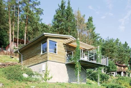 Jak nevzhlednou chatku přestavěli na malé letní sídlo s terasou