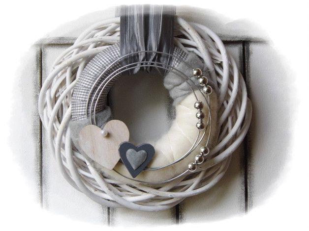 **Wir bieten Ihnen einen tollen Türkranz zum Kauf an.**  _- Dekoriert ist der Weidekranz mit einem daraufliegendem umwickeltem Kranz die verschönert wurden mit Perlen, Schleifenbänder,...