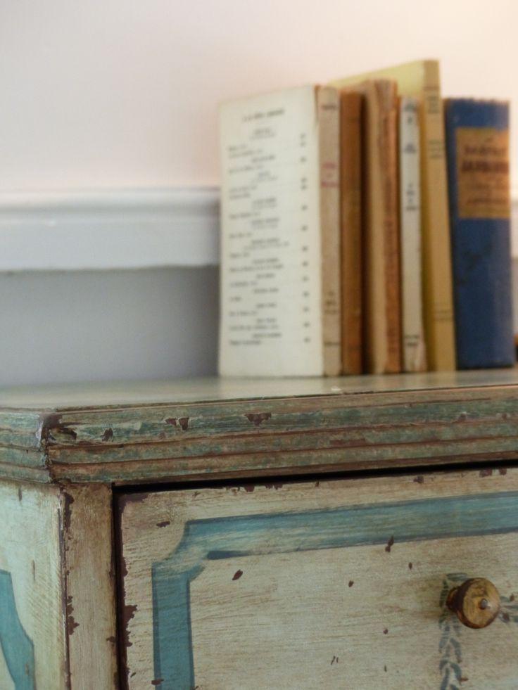 Chambre Bleue, décoration, commode, livres anciens, bleu pastel