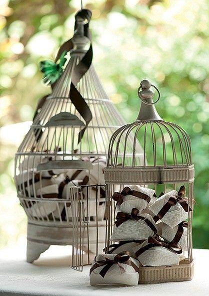 Bem-casados dispostos em gaiolas de diferentes tamanhos e formatos.
