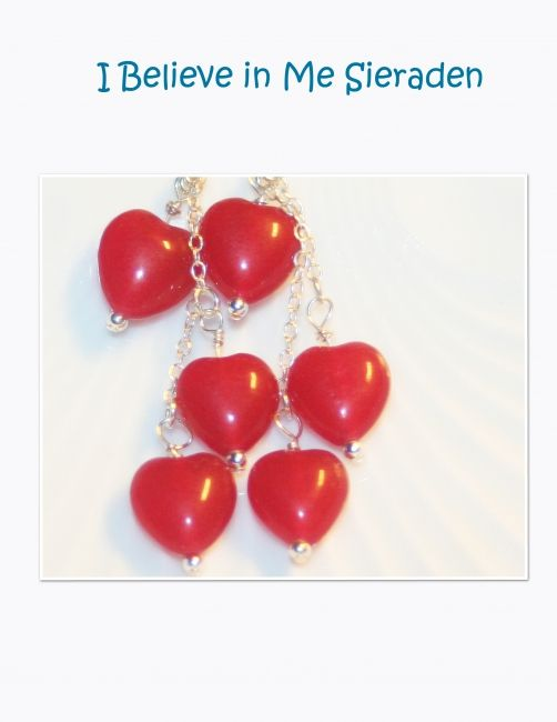 Lange oorbellen met 3 cherrykwarts hartjes.Alle sieraden zijn handgemaakt in ons eigen atelier. De oorbellen zijn standaard uitgevoerd met een sterling zilveren oorhaakje, echter het is ook mogelijk deze oorbellen (voor een kleine meerprijs) -