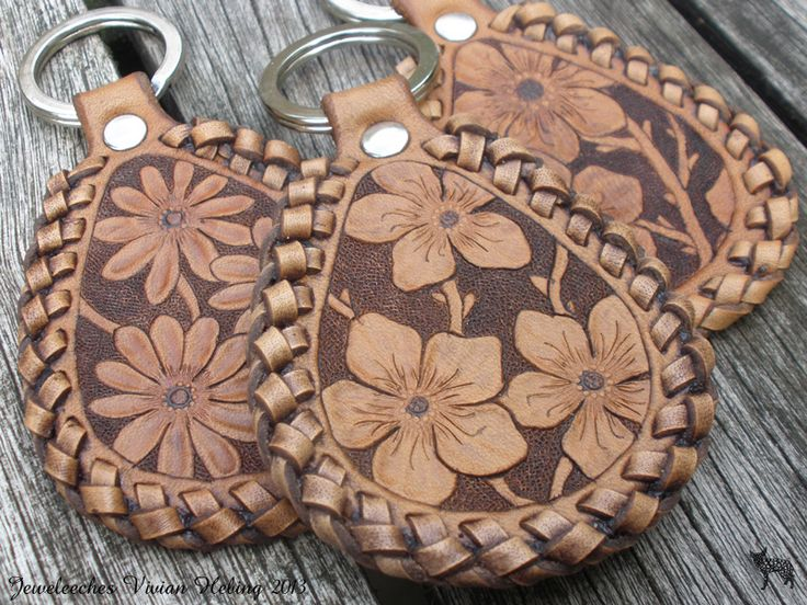 Making leather keychains with flowers and a double loop lacing edge! All handmade, handtooled and designed by Jeweleeches Vivian Hebing! Do you want to see more of my work, you can find me on Facebook, Youtube and Etsy too! On Youtube you can see my tutorial video's! https://www.youtube.com/channel/UCaFFog0cL9EV5ITUjTO_0hw
