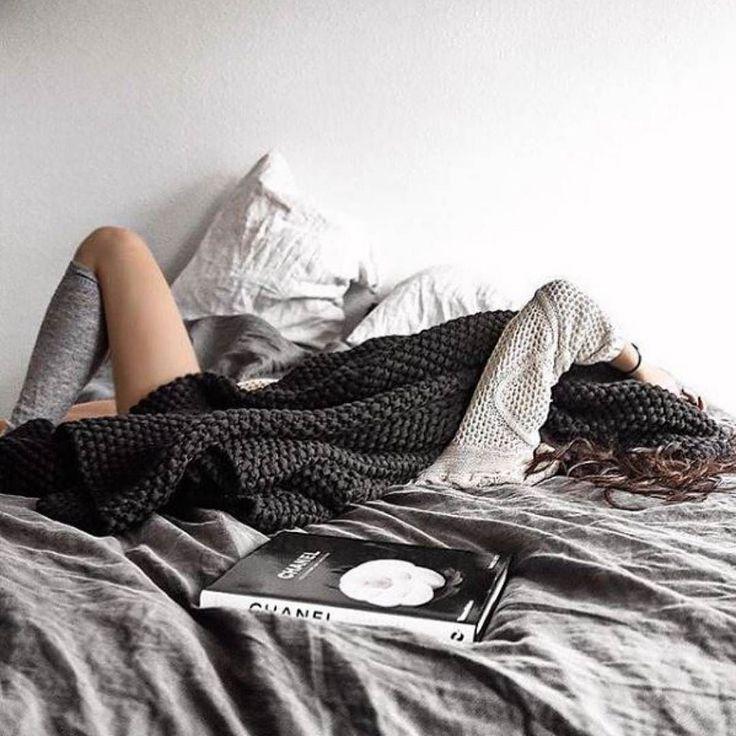 Усталая девушка картинка