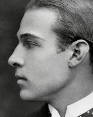 Rodolfo Valentino impresionante perfil.