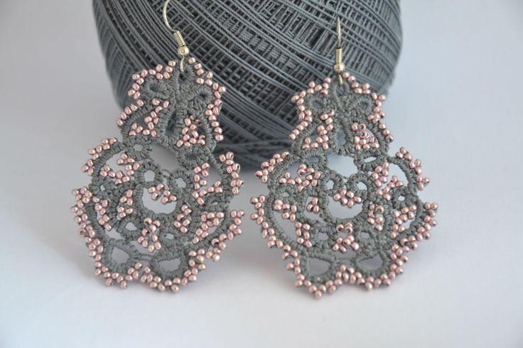 Orecchini pizzo chiacchierino color antracite e perline rosa metallico…
