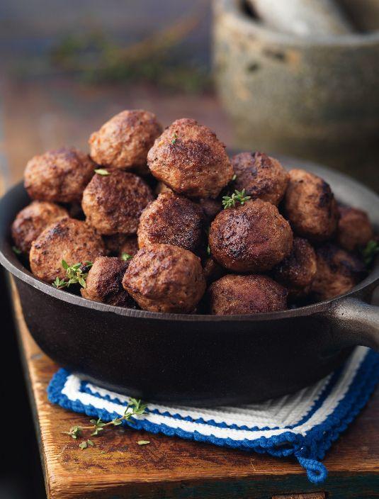 Godaste köttbullarna enligt stjärnkocken Melker Andersson. Perfekt att servera med gräddsås och lingonsylt till lunch eller middag som vardagsmat, men också till festliga högtider som jul och påsk.