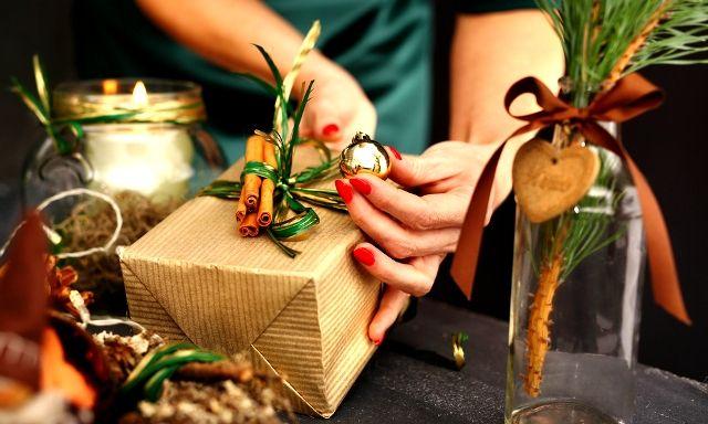 Egyedi kreatív ajándék csomagolási technikák karácsonyra | Pink Domina