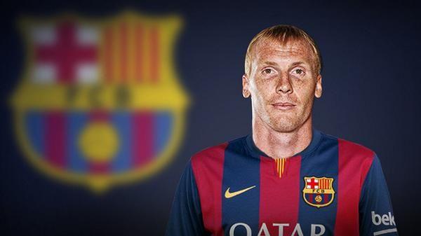 Jérémy Mathieu pose avec le maillot du FC Barcelone - http://www.actusports.fr/113558/jeremy-mathieu-pose-maillot-du-fc-barcelone/