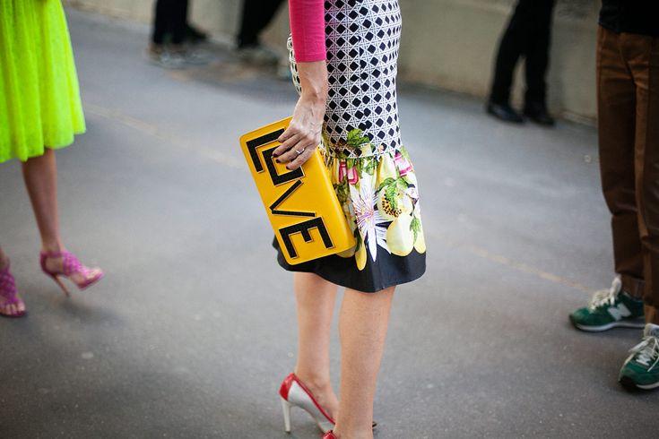"""Les Petits Joueurs traen este bolso en letras grandes tipo """"Lego"""" que proclaman el Amor (Love)."""