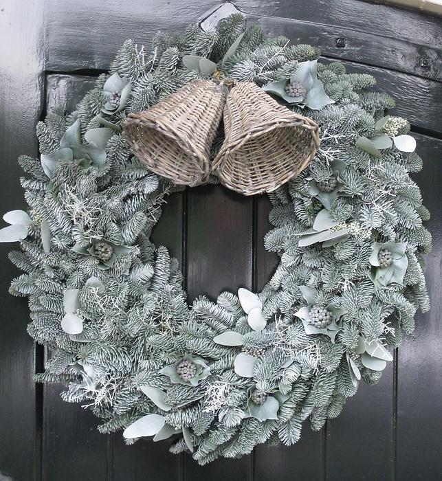 Mooie kerstkrans in grijstint | Tips: http://www.jouwwoonidee.nl/kerstkrans-maken/