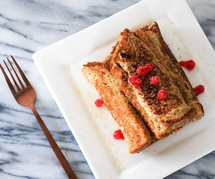 Postre en el desayuno! Arrolladitos de tostada francesa rellenos con manzana y canela, endulzados con stevia.