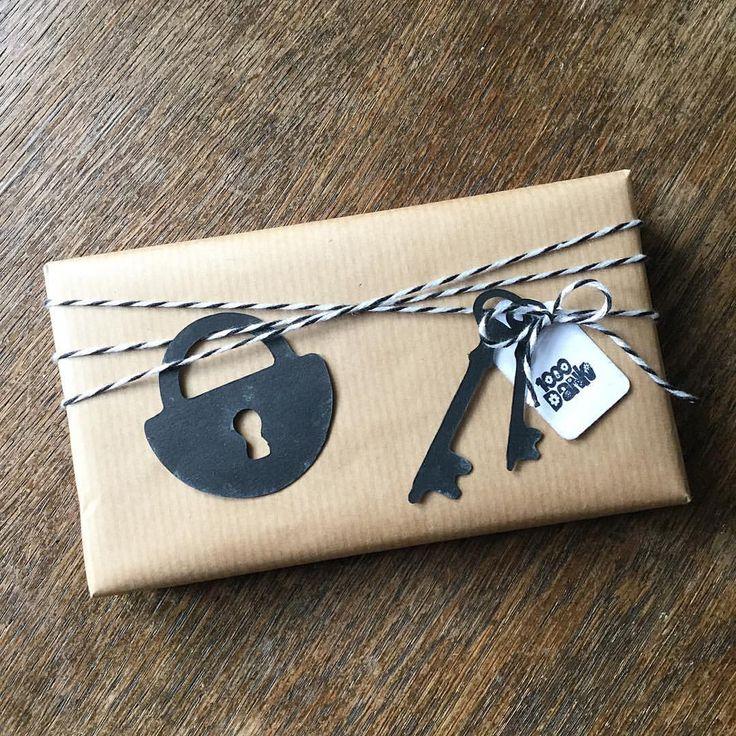 ein #Dankeschön an die liebe Nachbarin für's #Homesitting....#housesitting #thankyou #mitbringsel #giveaway #present #diy #kreativ #selfmade #gift #handmade #verpacken #creative #gifting #giftwrapping #craft #geschenkverpackung #verschenken #geschenk #basteln #schloss #schlüssel #stamping #stempel #papercraft #vintagestyle #vintage #schwarz #rustikal