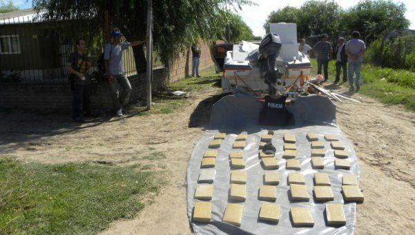 Familia fue detenida con 200 ladrillos de marihuana en lancha. Cuatro personas fueron arrestadas en allanamientos realizados en la localidad bonaerense de Bernal y el partido de Florencio Varela. Los estupefacientes se encontraban en el doble fondo de una lancha y eran traídos desde Paraguay http://www.diariopopular.com.ar/c172986