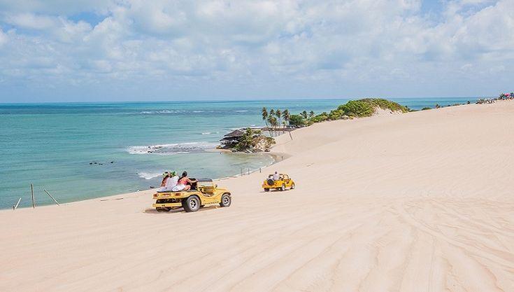Turistas andam de bugue nas dunas de Natal (RN)