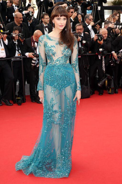 """Frédérique Bel sexy pour la montée des marches du film """"La Tête Haute"""" lors 68 ème Festival du film de Cannes – Cannes le 13 mai 2015"""