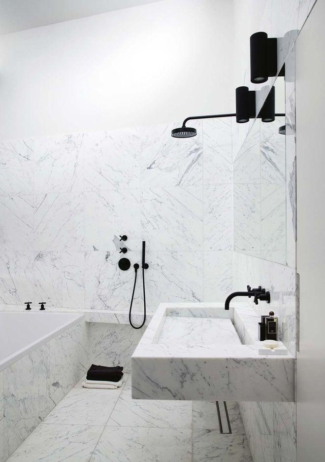 Une salle de bains épurée toute de marbre vêtue