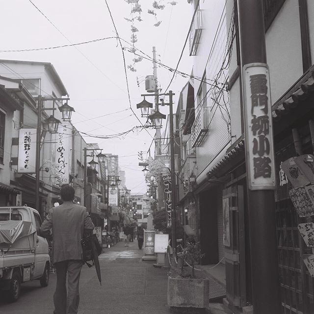 【theninabobo】さんのInstagramをピンしています。 《#TBT to spring in Asakusa. I keep forgetting to post the Yashica TLR film pics🎞 I didn't mean for these to be B&W, oops. I was a little disappointed because of all the colors here but I still like how they came out.  #mediumformat #tlr #twinlensreflex #vintagecamera #120film #yashica #yashicaMAT124 #kodak #filmisnotdead #japan #tokyo #asakusa #travel #bw #bwphotography #filmphotographer #film #nihon #cherryblossoms #sakura #wanderlust》