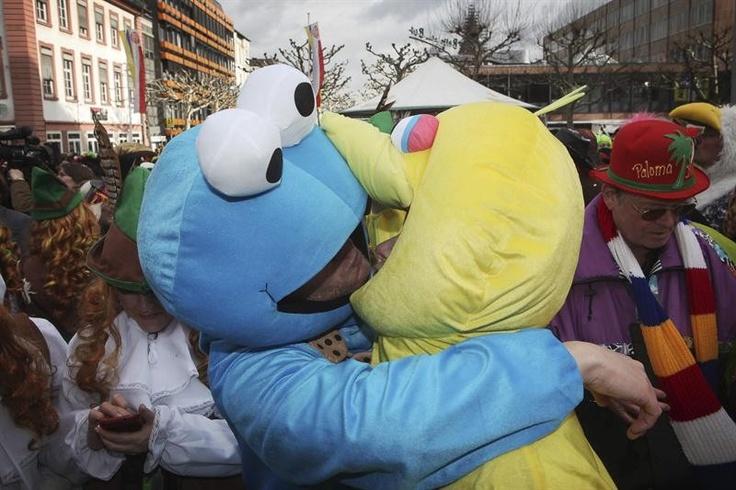 Com fantasias de personagens da Vila Sésamo, casal se beija em Carnaval de rua na cidade de Mainz, Alemanha - http://glo.bo/VLuJBK (Foto: EFE/Fredrik Von Erichsen)