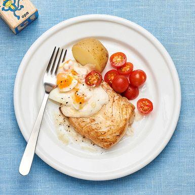 Stekt torsk är en vardagsfavorit för många, men vill man sätta mer smak på fisken så är detta recept värt ett försök. Med ägg, kaviar och crème fraiche rör du enkelt ihop en krämig och god äggsås. Spara tid genom att koka äggen i samma kastrull som potatisen.