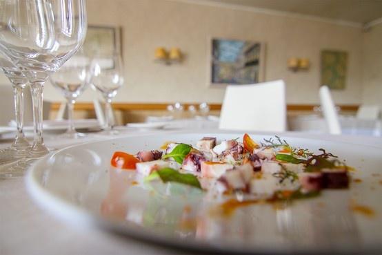 Aquí tenemos la receta Koama sobre la mesa, ensalada fría de brotes y pulpo con vinagreta de pimentón | #receta #koama #terrina de #pulpo