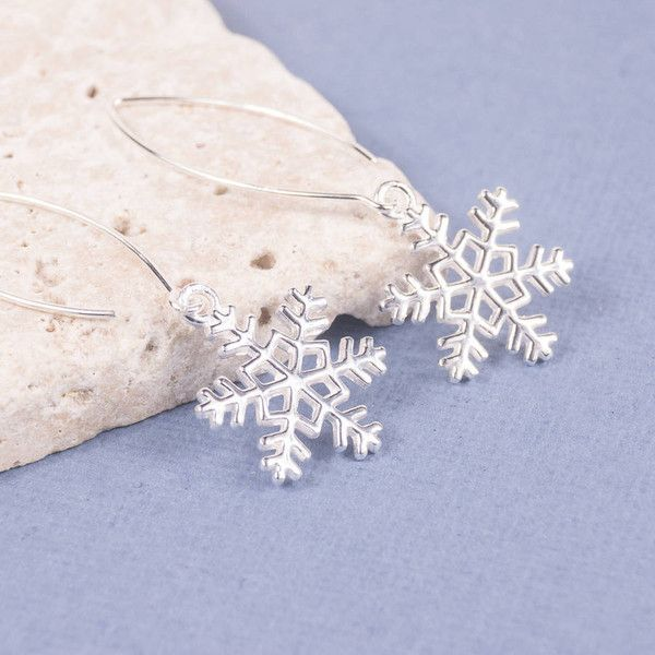 SUMMER AND SILVER Silver Snowflake Drop Earrings (€34) ❤ liked on Polyvore featuring jewelry, earrings, snowflake earrings, snowflake jewelry, earring jewelry, silver jewellery and hoop earrings