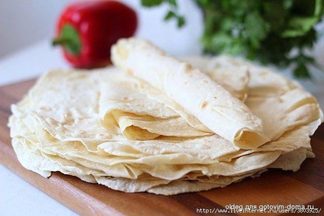 Домашний тонкий лаваш без дрожжей и яиц: 350 гр. муки (количество муки может немного варьироваться, так как мука везде разная) 150 мл. воды 30 мл. растительного/подсолнечного масла 5-7 гр. соли
