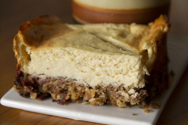 Un cheesecake fondant sur une base de pâte de dattes, de noix et de céréales, caramélisée et croustillante à souhait.
