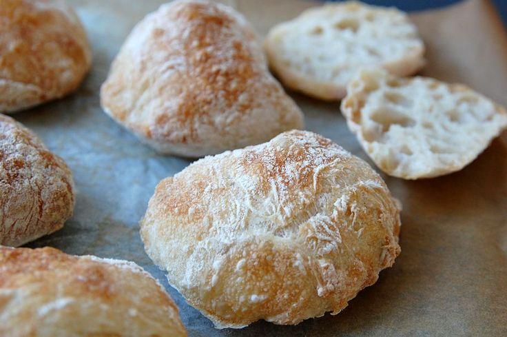 Hvem drømmer ikke om, at bage lækre sprøde og luftige boller i eget køkken? Enhver med respekt for køkkenet, vil elske at sætte tænderne i disse smagfulde boller med knasende skorpe. De er super nemme at bage, og kræver blot fire ingredienser og lidt tid på hånden. Opskriften giver 12-15 boller, som er perfekte til […]