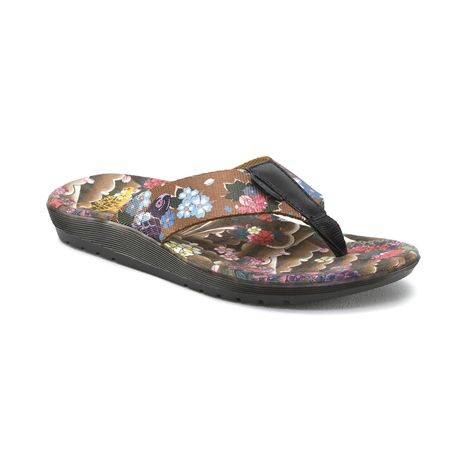 Part of the BAY Collection, the Mana tattoo flip-flop from Dr. Marten melds cool, breezy minimalism with quality materials and a durable, contoured outsole that makes it anything but a flip-flop. The Mana tattoo summer flip-flop gets a bit of retro Hardcore style with a tattoo-inspired Japanese floral print on the foot bed and webbing straps.It also features a Ecotec leather in Black that tops the toe post.     Available only online at Journeys.com!  Please note  This product cannot be…
