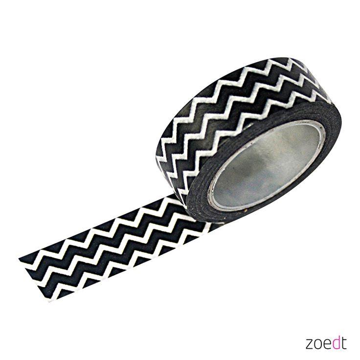 Masking tape zwart met  witte zigzag Masking tape gebruik je om mee te decoreren, post dicht te plakken of een kaart aan de muur te hangen. Ook maak je van ieder cadeautje een feestje om uit te pakken met masking tape. Mix and match de verschillende patroontjes tot jouw ideale combinatie.