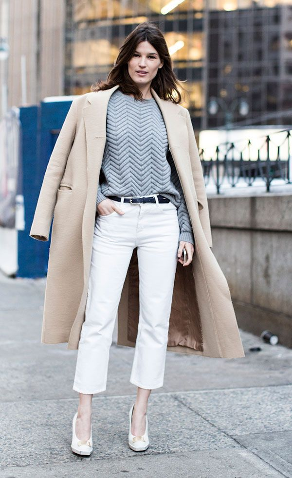 look calça branca e casaco bege