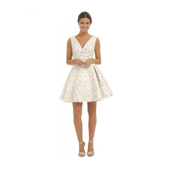 Společenské šaty Chi Chi London Crystal Nádherné šaty z limitované edice londýnské módní dílny Chi Chi London. Model vhodný pro slečny do tanečních, pro dámy na plesy, večírky, svatby či jiné společenské události. Tam všude v nich jistě zazáříte.Barva světle šedá se stříbrnou výšivkou, délka mini, živůtek je podšitý a tedy skvěle tvaruje dekolt, mírně spadlá širší ramínka, zip v zadní části, bohatá vrstvená sukně, která dobře drží tvar.