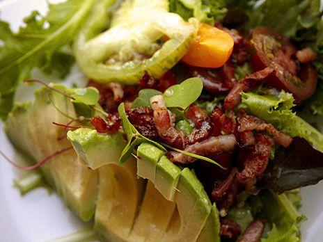 Avokadosallad med knaperstekt bacon | Recept.nu