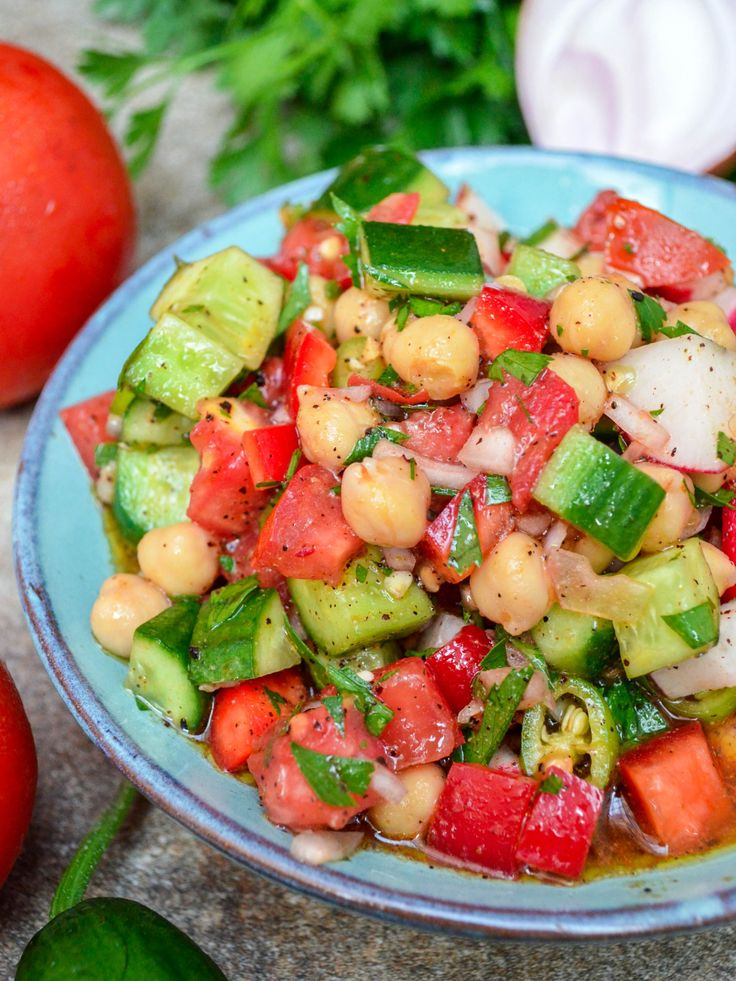 Enkel og smakfull hakket salat med kikerter og spicy dressing.