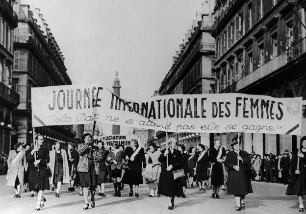 Comment est née la journée de la femme ? Le 8 mars 1921, « Pour entraîner les masses dans la politique, il faut y entraîner les femmes », assure Lénine, qui décrète officiellement une journée internationale des femmes. Pour le dirigeant communiste, c'est « un premier pas vers l'émancipation de la femme ». La date du 8 mars est choisie en hommage au premier jour de la Révolution russe de 1917, où des ouvrières avaient défilé dans la rue pour réclamer du pain.