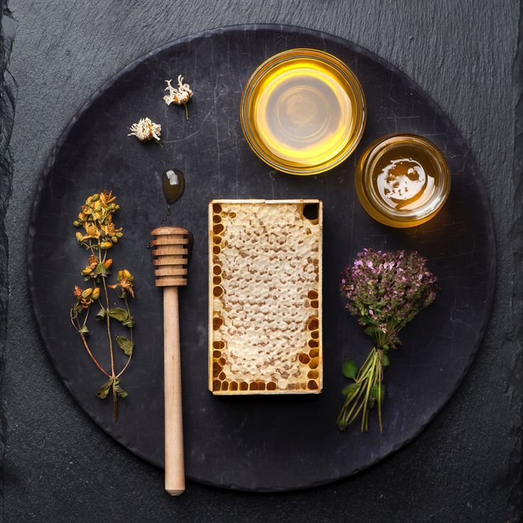 Rauwe honing (raw honey): direct uit de honingraat en onbewerkt °°°°°  Eerder schreven we al over verschillende soorten honing, en ging het héél kort over raathoning, oftewel rauwe honing. Deze honing zit nog barstensvol voedingsstoffen en is helemaal onbewerkt. Daar willen we meer van weten! Bij de productie van rauwe honing gaan er een aantal dingen anders dan bij het maken van de meeste soorten die we tegenkomen in de supermarkt. Wat dit doet met de kwaliteit van de honing nemen we in dit…
