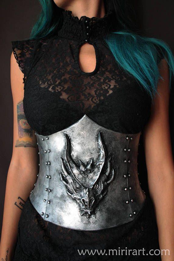 corsetto sottoseno stringivita fantasy con testa di drago in rilievo .armatura donna in Eva foam. costume/abbigliamento fantasy Larp